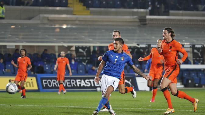 Pemain Italia Lorenzo Pellegrini mencetak gol ke gawang Belanda dalam lanjutan UEFA Nations League di Stadion Azzurri d'Italia, Bergamo, Kamis (15/10/2020) dini hari WIB. (AP Photo / Antonio Calanni)