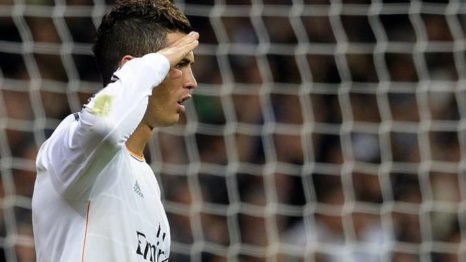 Gaya CR7 setelah mencetak gol ke gawang Sevilla di Stadion Santiago Bernabeu, Madrid, 30 Oktober 2013. (AFP/Gerard Julien)