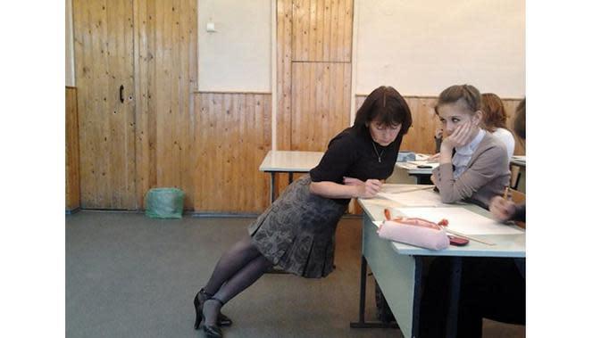 6 Kelakuan Kocak Guru saat Mengajar di Kelas Ini Bikin Kangen Sekolah (sumber: Boredpanda.com)