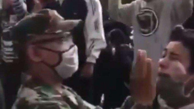VIVA Militer : Prajurit TNI AD memberikan odol kepada massa aksi UU Omnibus Law
