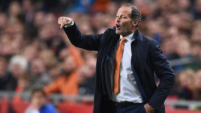 Pelatih Belanda, Danny Blind, memberikan arahan kepada anak asuhnya saat laga menghadapi Ceska di Stadion Amsterdam Arena, Belanda, Rabu (14/10/2015). Belanda gagal lolos ke Piala Eropa 2016. (AFP Photo/Emmanuel Dunand)
