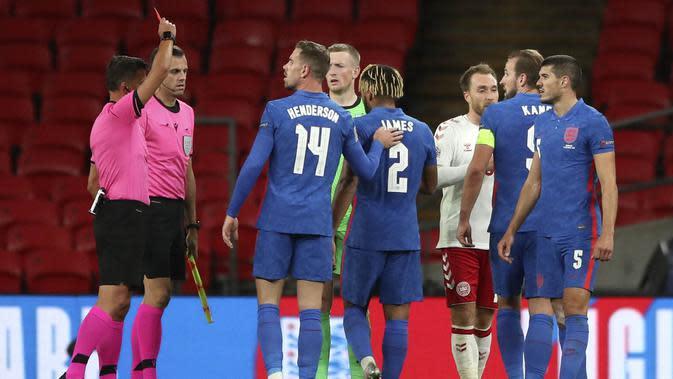 Wasit Jesus Gil Manzano mengeluarkan kartu merah saat pertandingan antara Inggris kontra Denmark pada laga UEFA Nations League di Stadion Wembley, Kamis (15/10/2020). Denmark menang dengan skor 1-0. (Nick Potts/Pool via AP)