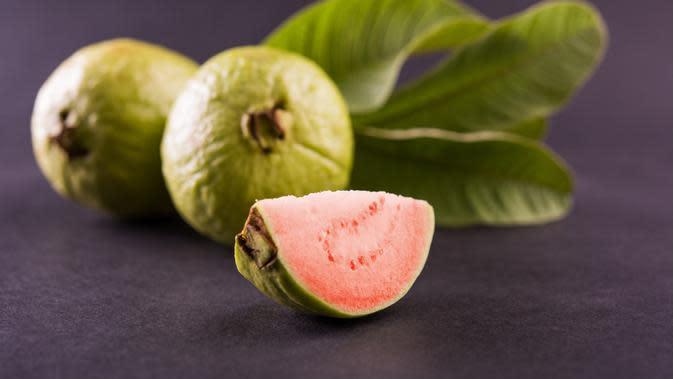 ilustrasi manfaat daun jambu biji untuk kecantikan yang bisa mengatasi komedo di wajah/StockImageFactory.com/shutterstock