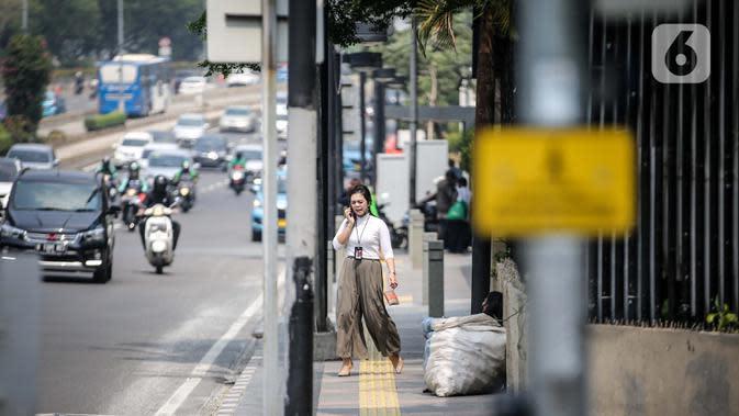 Pegawai perkantoran di Jalan Sudirman, Jakarta, Rabu (29/7/2020). Penularan Covid-19 makin meluas dan kluster baru terus bermunculan sejak meningkatnya aktivitas warga. (Liputan6.com/Faizal Fanani)