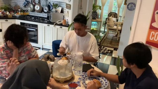 Hangatnya kebersamaan Yuni Shara dan kedua putranya, Calvin dan Cello saat di rumah aja. (dok. YouTube/Yuni Shara Channel)
