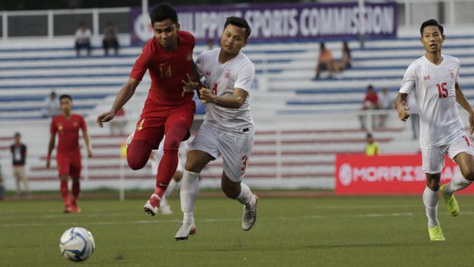 Bek kanan Timnas Indonesia U-22, Asnawi Mangkualam Bahar, saat berduel dengan pemain Myanmar dalam laga semifinal SEA Games 2019 di Stadion Rizal Memorial, Manila, Sabtu (7/12/2019). Timnas Indonesia U-22 menang 4-2 dalam laga ini. (Bola.com/Muhammad Iqbal Ichsan)