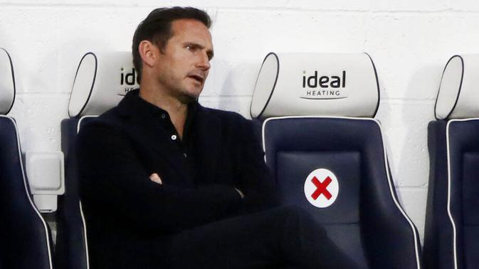 Pelatih Chelsea, Frank Lampard, tampak kecewa usai anak asuhnya hampir dikalahkan West Bromwich Albion pada laga Liga Inggris di Stadion Hawthorns, Minggu (27/9/2020). Kedua tim bermain imbang 3-3. (Nick Potts/Pool via AP)