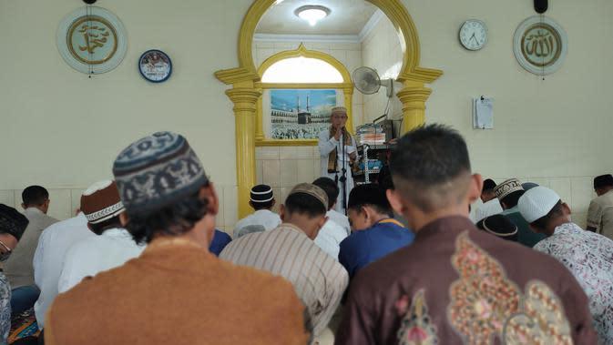 Para jemaah musholla di Palembang sedang khusyuk mendengarkan ceramah usai menggelar salat Idul Fitri 1441 Hijriah berjamaah (Liputan6.com / Nefri Inge)