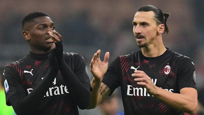 Pemain AC Milan, Rafael Leao dan Zlatan Ibrahimovic, setelah kemenangan 2-0 atas Cagliari (11/1/2020). (AFP/Miguel Medina)