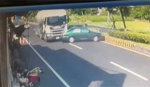 視線死角? 曳引車擦撞再飄移 內側車遭包夾