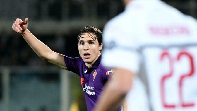 Pemain Fiorentina, Federico Chiesa, saat melawan AC Milan pada laga Serie A di Stadion Artemio Franchi, Sabtu (11/5). AC Milan menang 1-0 atas Fiorentina. (AP/Claudio Giovanni)