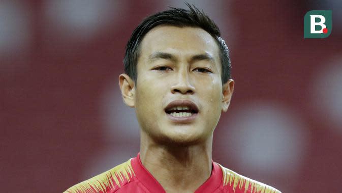 Kapten Indonesia, Hansamu Yama, meneteskan air mata saat menyanyikan lagu kebangsaan sebelum melawan Singapura pada laga Piala AFF 2018 di Stadion Nasional, Singapura, Jumat (9/11). Singapura menang 1-0 atas Indonesia. (Bola.com/M. Iqbal Ichsan)