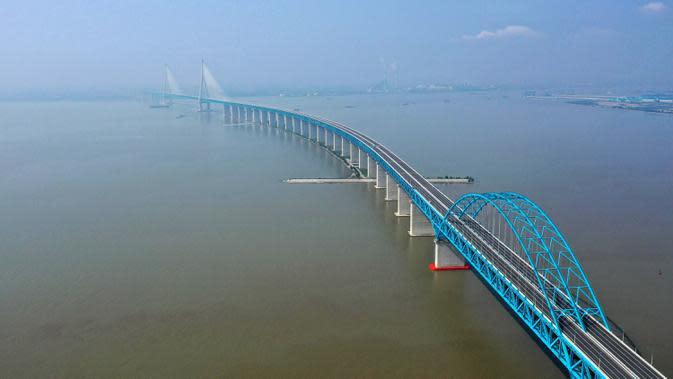 Foto dari udara menunjukkan pemandangan jembatan yang menghubungkan Nantong dan Zhangjiagang di Provinsi Jiangsu, China, Selasa (30/6/2020). Jembatan jalan raya dan kereta api kabel pancang tersebut dibuka untuk lalu lintas pada 1 Juli. (Xinhua/Ji Chunpeng)