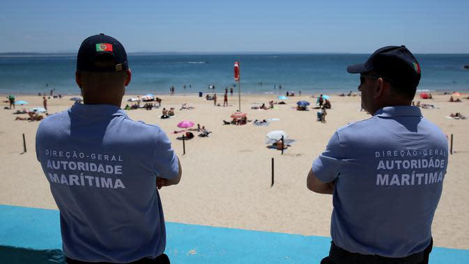 Petugas Otoritas Maritim mengawasi Pantai Torre di Oeiras, Lisbon, Portugal (6/6/2020). Presiden Marcelo Rebelo de Sousa dan PM Antonio Costa mengimbau rakyat Portugal agar