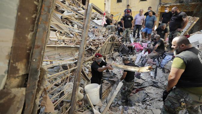 Tentara mencari korban selamat setelah ledakan besar di Beirut, Lebanon, Rabu (5/8/2020). Ledakan yang mengakibatkan puluhan orang tewas dan ribuan lainnya terluka tersebut meratakan pelabuhan dan merusak bangunan di seluruh Beirut. (AP Photo/Hassan Ammar)