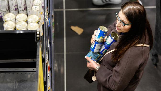 Seorang perempuan berbelanja saat orang-orang mulai membeli persediaan di sebuah supermarket di Beirut, Rabu (11/3/2020). Dengan merebaknya virus Corona COVID-19 di Lebanon, warga mulai berbondong-bondong membeli makanan dan kebutuhan sehari-hari lainnya. (AP/Hussein Malla)