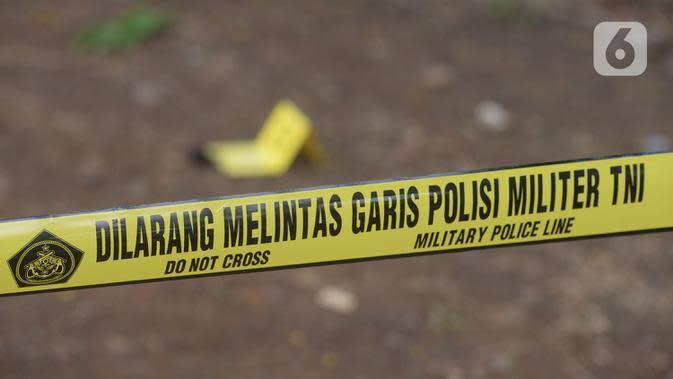 Petugas memasang garis pembatas polisi (police line) di area ledakan sekitar Monumen Nasional (Monas), Jakarta, Selasa (3/12/2019). Dalam ledakan itu dua anggota TNI menjadi korban dan mengalami luka. (merdeka.com/Imam Buhori)