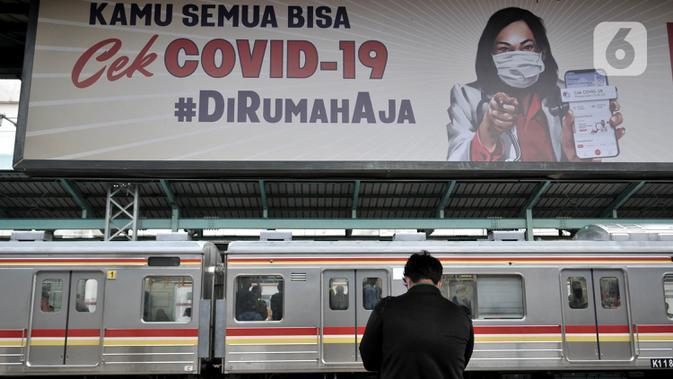 Calon penumpang menunggu kedatangan kereta Commuter Line di Stasiun Manggarai, Jakarta, Kamis (16/4/2020). PT KCI menyatakan jumlah penumpang kereta listrik (KRL) terus menurun selama pemberlakuan Pembatasan Sosial Berskala Besar (PSBB) di Jabodebek hingga 50 persen. (merdeka.com/Iqbal S. Nugroho)