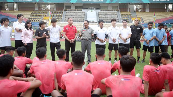 Menpora RI, Zainudin Amali, memberi arahan kepada pemain Timnas Indonesia U-19 usai sesi latihan di Stadion Wibawa Mukti, Cikarang, Senin (13/1/2020). Sebanyak 51 pemain mengikuti seleksi untuk memperkuat skuat utama Timnas Indonesia U-19. (Bola.com/M Iqb