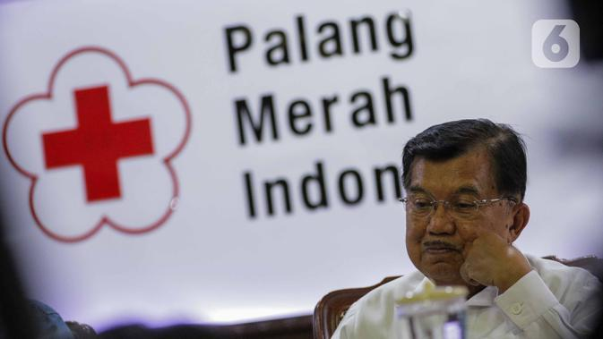 Ketua Umum PMI, Jusuf Kalla memberikan keterangan usai tanda tangan simbolis sejuta masker untuk tangkal Virus Corona COVID-19 di Jakarta, Selasa (25/2/2020). Gerakan pengadaan satu juta boks masker dan sabun antiseptik untuk persiapan apabila virus masuk ke Indonesia. (Liputan6.com/Faizal Fanani)