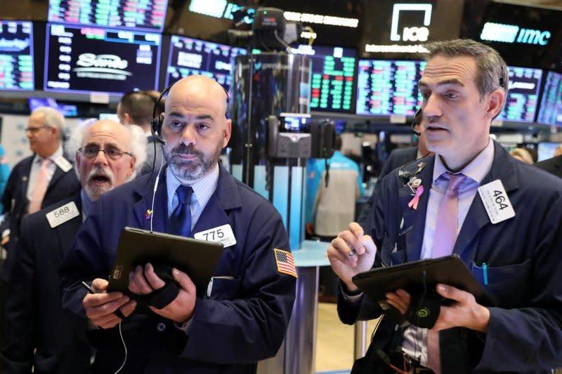 Wall Street berakhir lebih rendah setelah data ekonomi suram