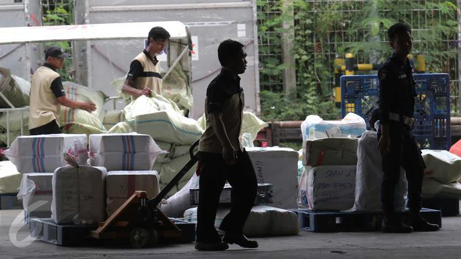 Pekerja tengah menata paket pengiriman barang di Bandara Soekarno Hatta, Tangerang, Jumat (13/11). PT Angkasa Pura II (Persero) akan membangun cargo village atau kawasan khusus kargo di dalam kompleks Bandara Soekarno-Hatta (Liputan6.com/Angga Yuniar)