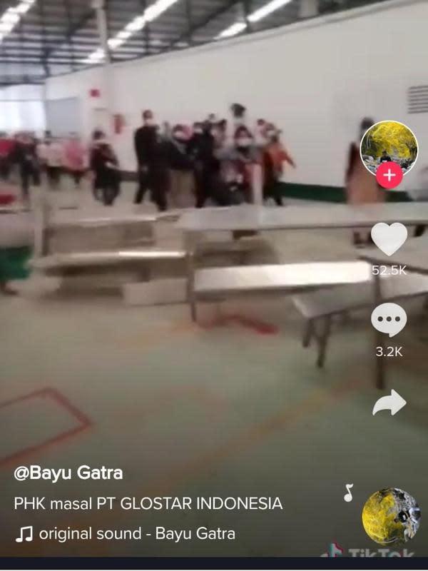 Viral pekerja diduga korban PHK banting meja. Dok. TikTok @Bayu Gatra