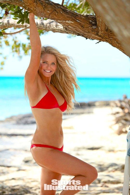 CHRISTIE BRINKLEY,63, IS BACK IN HER BIKINI......