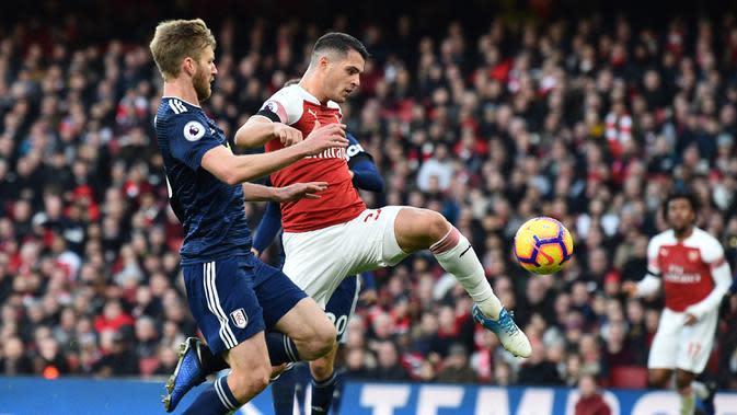 Proses terjadinya gol yang dicetak gelandang Arsenal, Granit Xhaka, ke gawang Fulham pada laga Premier League di Stadion Emirates, London, Selasa (1/1). Arsenal menang 5-1 atas Fulham. (AFP/Glyn Kirk)