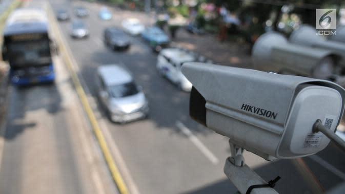 Kamera pengawas atau CCTV sistem Electronic Traffic Law Enforcement (ETLE) terpasang di JPO Jalan Medan Merdeka Barat, Jakarta, Senin (1/7/2019). Tilang elektronik mulai diberlakukan hari ini untuk mobil dan motor berpelat nomor B. (merdeka.com/Iqbal Nugroho)
