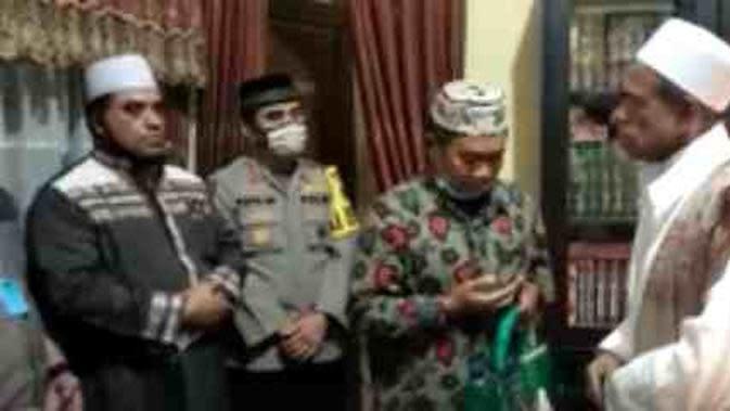 Momen Habib Umar bertemu anggota Satpol PP (Sumber: @twitter.com/Safamni)