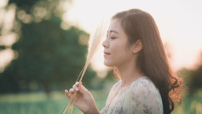 ilustrasi perempuan jatuh cinta/Photo by Đàm Tướng Quân from Pexels