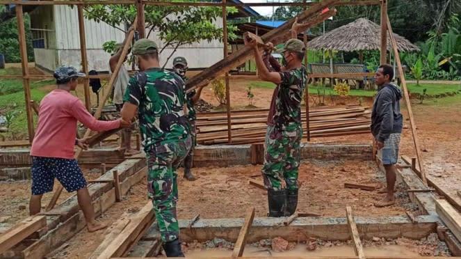 VIVA Militer: Satgas Pamtas Yonif 516/CY Bantu Bangun Rumah Warga Papua