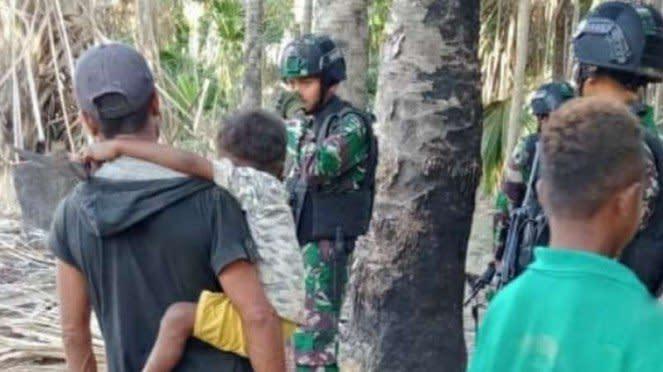 VIVA Militer: Prajurit Yonarmed 3/105 Tarik saat mengamankan warga di Naktuka.