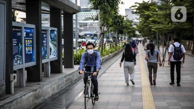 Suasana trotoar di Kawasan Sudirman, Jakarta, Senin (8/6/2020). Aktivitas perkantoran di Ibu Kota kembali beroperasi pada Senin (8/6) seiring penerapan Pembatasan Sosial Berskala Besar (PSBB) transisi. (Liputan6.com/Faizal Fanani)