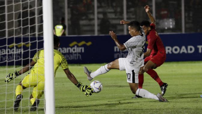 Kemelut terjadi di depan gawang Timor Leste saat melawan Indonesia pada laga Kualifikasi Piala AFC U-19 2020 di Stadion Madya, Jakarta, Rabu, (6/11/2019). Indonesia menang 3-1 atas Timor Leste. (Bola.com/M Iqbal Ichsan)