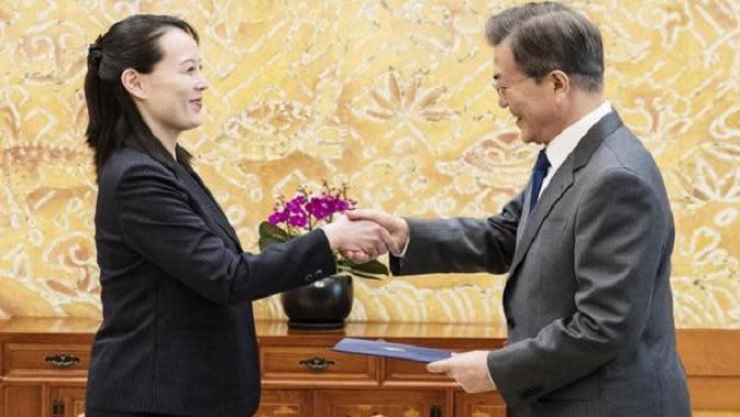 Kim Yo-jong, adik perempuan dari Kim Jong-un menyampaikan surat dari kakaknya kepada Presiden Moon Jae-in (AFP)