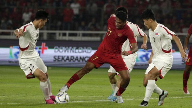 Striker Timnas Indonesia U-19, Serdy Ephy, berebut bola dengan pemain Timnas Korea Utara pada laga Kualifikasi AFC U-19 2020 di Stadion GBK, Jakarta, Minggu (10/11). (Bola.com/Yoppy Renato)