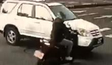 趕上班惹禍!騎士才騎7秒 慘遭轎車悚撞噴飛