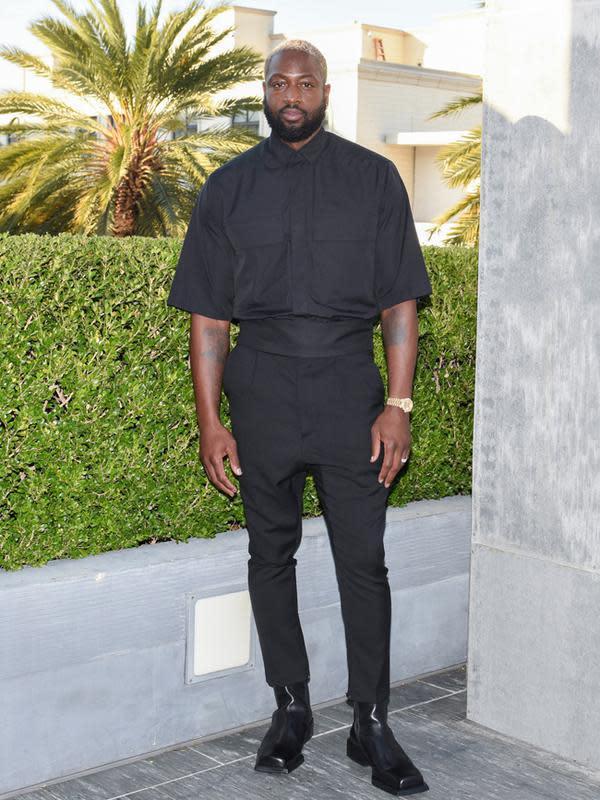 Begitu juga dengan Dwayne Wade, yang tampil serba hitam. Ia mengenakan cotton sleeve shirt berwarna hitam dengan aksen patch pockets, dipadukan dengan black wool single-pleated trouser. (FOTO:Owen Kolasinski/BFA.com)
