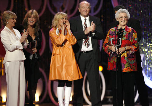 "FILE - In this April 14, 2007, file photo, Florence Henderson, from left, Susan Olsen, Maureen McCormick, Lloyd Schwartz and Ann B. Davis of the television show ""The Brandy Bunch"" accept the Pop Culture Award during the 5th Annual TV Land Awards in Santa Monica, Calif. Emmy-winning actress Davis has died at a San Antonio hospital on Sunday, June 1, 2014. She was 88. (AP Photo/Gus Ruelas, File)"
