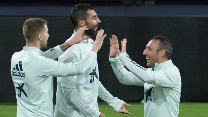 Pemain Spanyol, Inigo Martinez Berridi (kiri), Raul Albiol (tengah) dan Santiago Cazorla tertawa saat mengikuti sesi latihan tim di stadion Ramon de Carranza di Cadiz (14/11/2019). Spanyol akan bertanding melawan Malta pada Grup F Kualifikasi Piala Eropa 2020. (AFP Photo/Cristina Quicler)