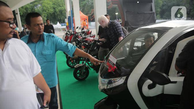 Pengunjung melihat motor-motor modifikasi saat pemeran IIMS Motobike Expo 2019 di Istora Senayan, Jakarta, Jumat (29/11/2019). IIMS Motobike Expo 2019 diikuti belasan merek sepeda motor dan sejumlah bengkel modifikasi. (Liputan6.com/Faizal Fanani)