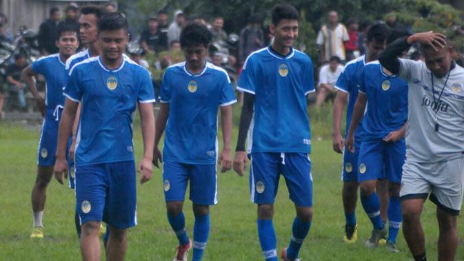 Mantan kapten Persis, Tegar Hening Pangestu (kiri), resmi berseragam PSIM dan berlatih bersama rekan-rekannya. (Bola.com/Vincentius Atmaja)