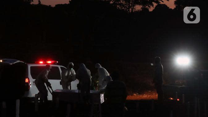 Petugas melakukan proses pemakaman jenazah pasien terinfeksi COVID-19 di TPU Pondok Ranggon, Jakarta, Selasa (8/9/2020). Hingga Selasa (8/9) jumlah kasus Covid-19 di Indonesia mencapai 200.035 orang, terhitung sejak diumumkannya pasien pertama pada 2 Maret 2020. (Liputan6.com/Helmi Fithriansyah)