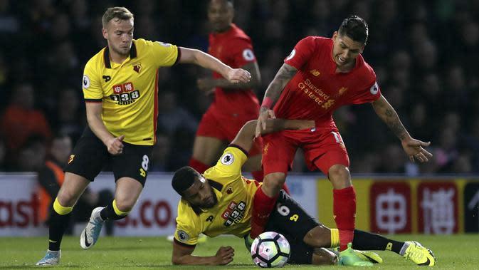 Striker Liverpool, Roberto Firmino, berebut bola dengan bek Watford, Adrian Mariappa, pada laga Premier League di Stadion Vicarage, Watford, Minggu (1/5/2017). Watford kalah 0-1 dari Liverpool. (AP/John Walton)