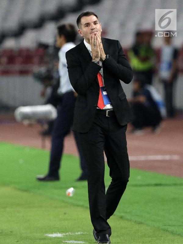 Pelatih Timnas Indonesia, Simon McMenemy meluapkan kekecewaan saat melawan Thailand pada laga Grup G Penyisihan Kualifikasi Piala Dunia 2022 zona Asia di Stadion Utama GBK, Jakarta, Selasa (10/9/2019). Indonesia kalah 0-3. (Liputan6.com/Helmi Fithriansyah)