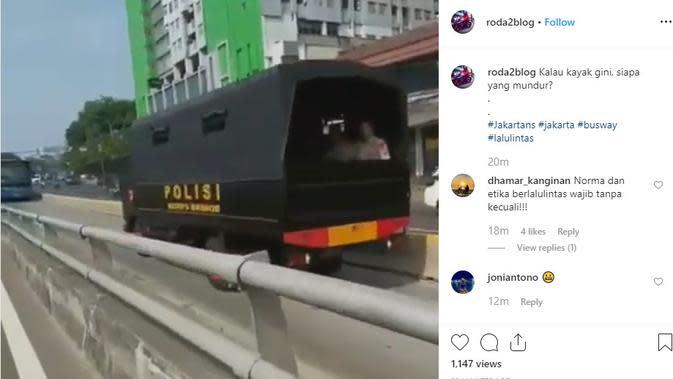 Seperti dilansir akun Instagram @roda2blog, terlihat dua mobil polisi menggunakan jalur Transjakarta. Tak hanya memasuki jalurnya, kedua mobil polisi juga melawan arus lalu lintas.