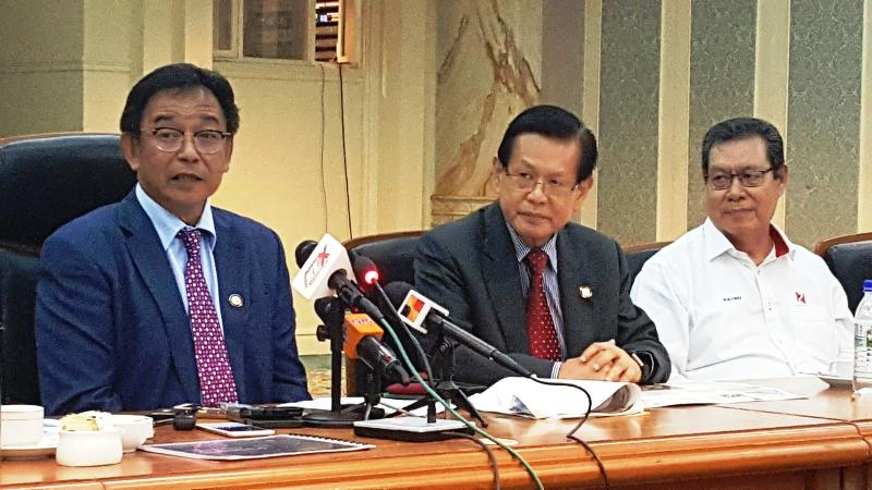 Lee (centre) said SDMC has allowed flights from Peninsular Malaysia to have full capacities. — Picture by Sulok T