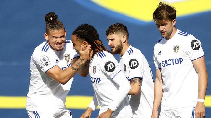 Para pemain Leeds United merayakan gol yang dicetak oleh Helder Costa ke gawang Fulham pada laga Premier League di Stadion Elland Road, Sabtu (19/9/2020). Leeds United menang dengan skor 4-3. (Carl Recine/Pool via AP)